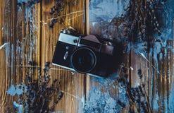Weinlesekamera auf dem braunen hölzernen Hintergrund mit den Lavendelblumen flatlay lizenzfreie stockfotografie