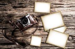 Weinlesekamera auf einem hölzernen Hintergrund Lizenzfreies Stockbild