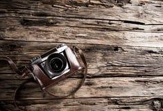Weinlesekamera auf einem hölzernen Hintergrund Stockfoto