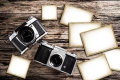 Weinlesekamera auf einem hölzernen Hintergrund Stockbild