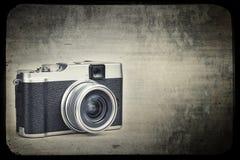 Weinlesekamera auf einem Schmutzhintergrund Stockfotografie
