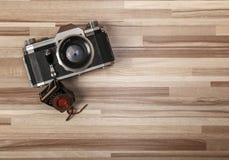 Weinlesekamera auf hölzernem Hintergrund Stockfoto