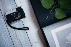 Weinlesekamera, ein altes Fotoalbum auf dem weißen Holztisch stockfotos