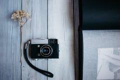 Weinlesekamera, ein altes Fotoalbum auf dem weißen Holztisch stockfotografie