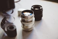 Weinlesekamera, Film, Retro- Linsen auf weißer Tabelle, Kopienraum lizenzfreie stockfotos