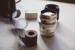 Weinlesekamera, Film, Retro- Linsen auf weißer Tabelle, Kopienraum stockbilder