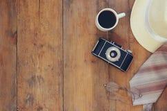 Weinlesekamera, Gläser, Tasse Kaffee und Fedorahut Stockfotografie