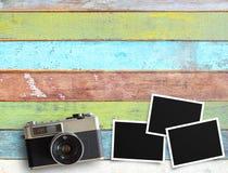 Weinlesekamera und alter leerer Fotorahmen auf Schreibtisch Lizenzfreies Stockbild