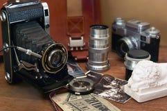 Weinlesekamera und Retro- Einzelteile Stockfotografie