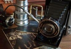 Weinlesekamera und Retro- Einzelteile Stockfotos