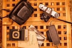 Weinlesekameras von den Zeiten der UDSSR auf dem Holztisch stockfotos