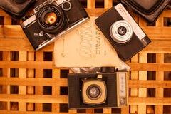 Weinlesekameras von den Zeiten der UDSSR auf dem Holztisch lizenzfreies stockbild