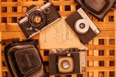 Weinlesekameras von den Zeiten der UDSSR auf dem Holztisch lizenzfreie stockfotografie