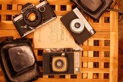 Weinlesekameras von den Zeiten der UDSSR auf dem Holztisch lizenzfreies stockfoto