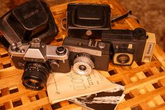 Weinlesekameras von den Zeiten der UDSSR auf dem Holztisch stockfoto