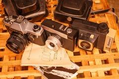 Weinlesekameras von den Zeiten der UDSSR auf dem Holztisch lizenzfreie stockfotos