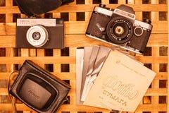 Weinlesekameras von den Zeiten der UDSSR auf dem Holztisch stockfotografie