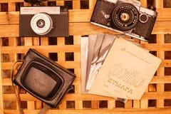 Weinlesekameras von den Zeiten der UDSSR auf dem Tisch lizenzfreie stockbilder