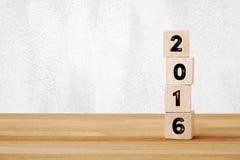 Weinlesekarte mit dem Wort des guten Rutsch ins Neue Jahr 2016, das am Kleidung hängt Lizenzfreie Stockfotografie