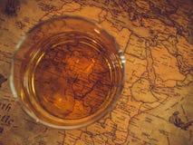 Weinlesekarte und ein Glas Whisky stockfotos