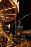 Weinlesekarussell auf Rotem Platz vor dem hintergrund Spasskaya-Turms des Kremls während der Weihnachts-und neues Jahrmessen here Stockfotografie