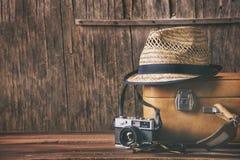Weinlesekasten und Retro- Fotokamera Stockbild