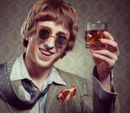Weinlesekerl, der Drogen genießt Stockfotos