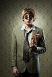 Weinlesekerl, der ein alkoholisches Getränk etwas trinkt Lizenzfreies Stockbild