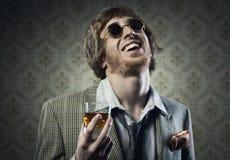 Weinlesekerl, der ein alkoholisches Getränk etwas trinkt Stockbilder