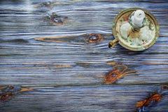 Weinlesekerzenhalterkerze auf blauem hölzernem Brett Stockfotos