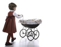 Weinlesekinderwagen des Mädchens vith Lizenzfreies Stockfoto