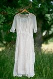 Weinlesekleid hängt äußeren Trockner unter ein altes großes oaktree Stockbild