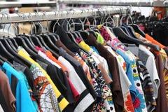 Weinlesekleidung vieler Farben für Verkauf an der Flohmarkt lizenzfreie stockfotos