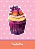 Weinlesekleiner kuchen mit Erdbeerbelagseinladungs-Wasserfarbe Lizenzfreies Stockfoto