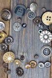 Weinleseknöpfe auf alten hölzernen Brettern Stockbilder