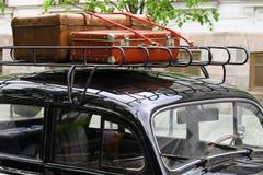 Weinlesekoffer auf dem Autodach lizenzfreies stockbild