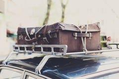 Weinlesekoffer auf einem alten Autodachgepäckträger Stockbilder