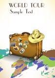 Weinlesekoffer mit Aufklebern auf dem Hintergrund der Weltkarte Auch im corel abgehobenen Betrag Lizenzfreie Stockfotografie