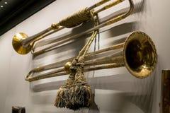 Weinlesekupfertrompeten hängen an der Wandnahaufnahme lizenzfreie stockfotos