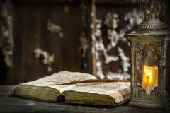 Weinleselampe für die Kerze und die alten Bücher Stockfoto