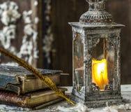 Weinleselampe für die Kerze und die alten Bücher Stockfotografie
