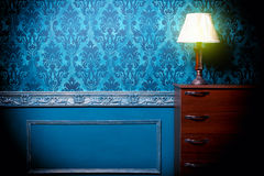 Weinleselampe im Retro- Blau tonte Innenraum stockfotografie