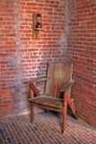 Weinleselampe und -stuhl Stockbild