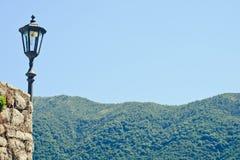 Weinleselaterne- und -mountain View Lizenzfreies Stockbild