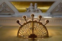 Weinleseleuchter auf der Wand mit dem Statuenhintergrund golden stockfotos