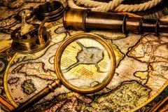 Weinleselupe liegt auf der alten Karte des Nordpo Stockbilder