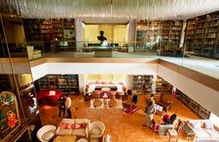 Weinlesemöbel und -buch shelfs innerhalb der Bibliothek ehemaliger Königin Iran's in Teheran Stockbild