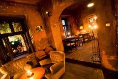 Weinlesemöbel und -lampen innerhalb des Cafés im Stil der alten Wohnung Lizenzfreies Stockbild