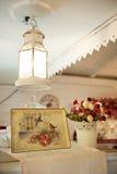 Weinlesemalerei und ein Topf Blumen Stockfotografie