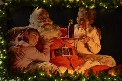 Weinlesemalerei von Santa Claus mit beleuchtetem Rand im internationalen Antriebsbereich lizenzfreie stockfotografie